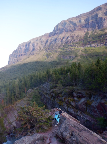 山と湖の景色  自動的に生成された説明